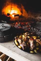 Glühende Leidenschaft: In der eisernen Peka werden Lammkarree, Lammschulter und Kartoffeln aromaschonend gegart