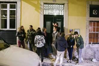 Vor der Tür von Carlos entscheiden die Studenten demokratisch über den Verlauf des Abends