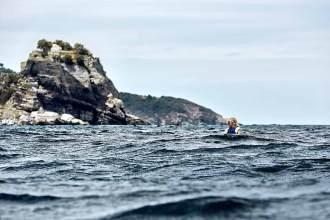 Im Wellental: Fast scheint es, als sei Teilnehmerin Katjana gekentert, aber ihr Seekajak ist nur hinter den hohen Wellen an der Nordostküste von Skopelos verschwunden.