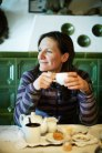 Lorraine Huber in einer Stube des Gasthofs Post in Lech bei Kaffee und Apfelstrudel.
