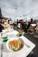 Vogelfrei: Kasspatzen auf der Terrasse des Hotels Bergkristall in Oberlech.