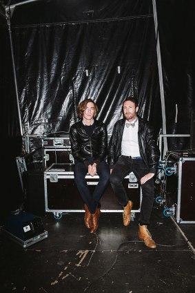 Très chic: Die DJs von Caravan Palace warten im Backstagebereich auf ihren Gig