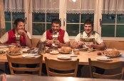 Broteinheit: Martin (l.) und Bruno, Brüder von Jakob Fuster, beim Frühstück mit Jakobs Sohn Marco.