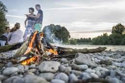 Randbedingungen: An Sommerabenden verwandeln sich die Kiesbänke der Flaucher-Anlagen in große Gelage. Erlaubt ist das Zündeln aber nur im Grill, ein Bodenfeuer wie dieses ist zwar romantisch, aber streng verboten.