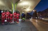 Haben die Spieler vom FC Schwabing etwas zu feiern, dann zieht es sie oft zur Münchner Freiheit. Dort, vor der Kulisse der futuristischen Trambahnhaltestelle, entstand auch dieses Foto.