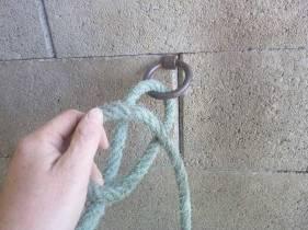 passer la corde dans l'anneau puis faire une boucle