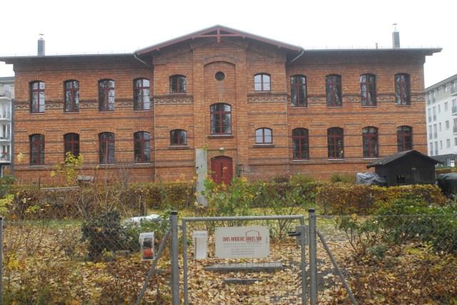 Rückansicht des Hauses. Nach der  Sanierung sind nur Fenster im Mittelteil in Originalgröße