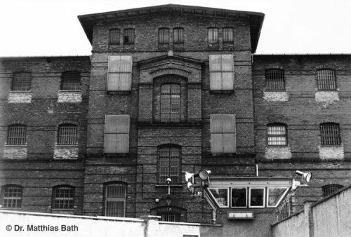 Im   A ( Anton) Kellertrakt - rechts gegenüber  von Duschräumen stand die  Zelle 068  mit der in Betonboden eingelassenen und vom ChA, OMR Oberstleutnant Dr.Erhard Jürgen Zels beschriebene Folterbank.