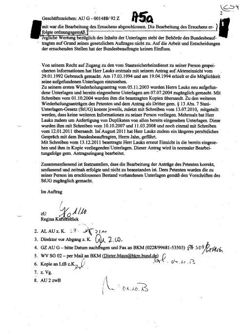 """""""Zusammenfassend ist festzustellen, dass die Bearbeitung der Anträge dwes Petenten umfassend und zeitnah erfolgte und nicht zu beanstanden sind. Dem Petenten wurden die zu seiner Person im erschlossenen Bestand vorhandenen Unterlagen gemäß Vorschriften des StUG zugänglich gemacht."""" ist definitiv eine kolossale Lüge. Petenten haben nicht die Bearbeitung meiner Anträge bemängelt, sondern die Nichtherausgabe der MfS Akte die unter Signatur Nr. 577/85 angelegt wurde und nachweislich am 11.4.1994 in der Gauck Behörde vorgelegen hatte. Bereits nach der internen Weisung: Menschenrechtsverletzungen die beim Erschließen entdeckt werden sind unverzüglich nach Oben zu melden, was auch geschah. Einen Rückläufer von Herrn Gauck und Direktor Dr. Geiger zum SB hat es nicht gegeben. Das sagt mir dass über die Herausgabe und Relevanz der Akte 577/85 - Anlage 22 für das Ermittlungsverfahren 76 Js 1792/93 Herr Gauck oder Direktor Geiger entschieden hatten !"""