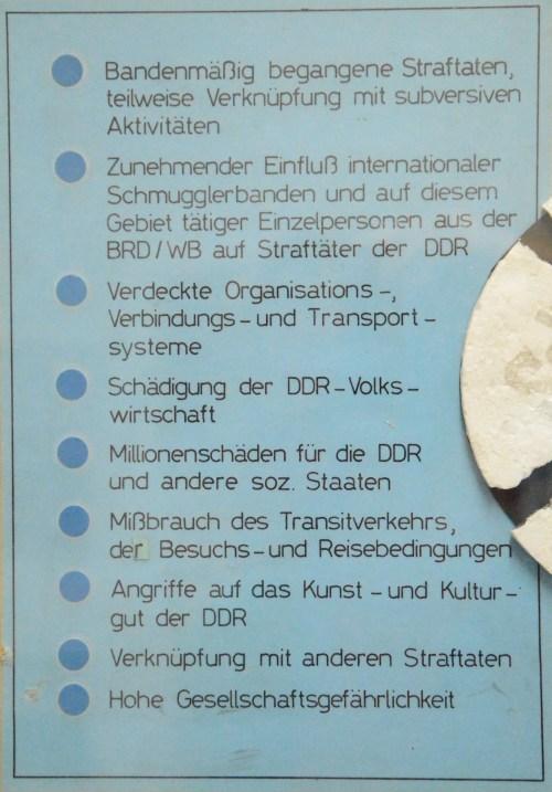 """Schaden in Millionenhöhe - Klitterung und Verschleierung des Desaysters. Zum Zeitpunkt als diese Wandzeitung hergestellt wird beläuft sich der """"Zollschaden"""" oder Wirtschaftsschaden weit über  anderthalb Milliarden M DDR, die der STASI aus  dem DDR Aussenhandel und  Staatlichen Plankomission zum errechnen  übtrig bleiben."""