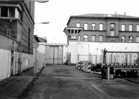 Am 30.11.1982 scloß das Tor hinter mir zu. Am 8.Tag meines zweiten Hungerstreikes am 28.12.1984  öffnete  sich das Tor der Rummeline zum letzten Mal, vor dem Rettungswagen SANKRA. Strafgefangener Laulks lag drin im Fesselungsgeschirr mit eingerissener Speiseröhre...
