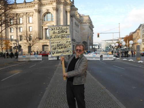 """Weder juristische noch die geschichtliche """"Aufarbeitung"""" hatte in Deutschland KEINE Chance ! Dank Joachim Gauck und der STASI wurde aus einer verfassungswidriger als vorläufug vorgesehener Behörde, eine Mamut Behörde - ein Imperium der Lügen. So gesehen ähnnelt die Aufarbeitung der der NAZIS, weswegen Bundestagspräsident Lammert Recht hatte als er die Verbrechen der STASIS mit den Verbrechen der NAZIS gleich setzt und gleiche Behandlung verlangt..."""