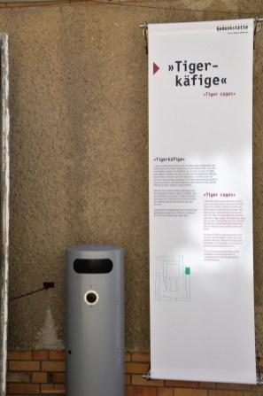 Diese Textfahne hängt vor dem Berteich der drei Freistundenhöfe des U-Haftkrankenhauses der STASI in der Gedenkstätte Berlion Hohenschönhausen.