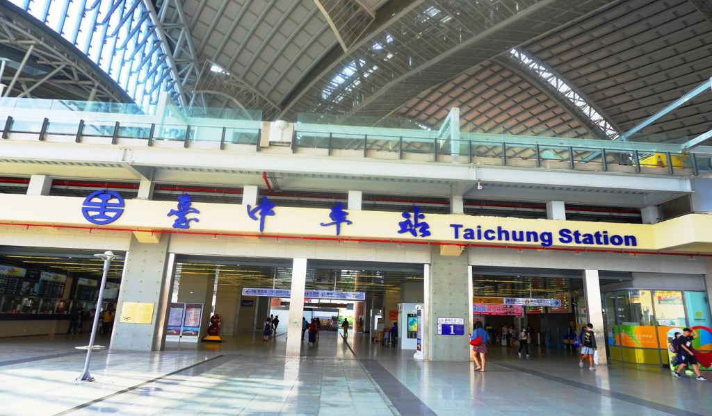 Taichung Station - Living in Taiwan as an Expat English Teacher - Adam'sApple: The World