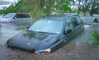 Üleujutuse alla jäänud auto