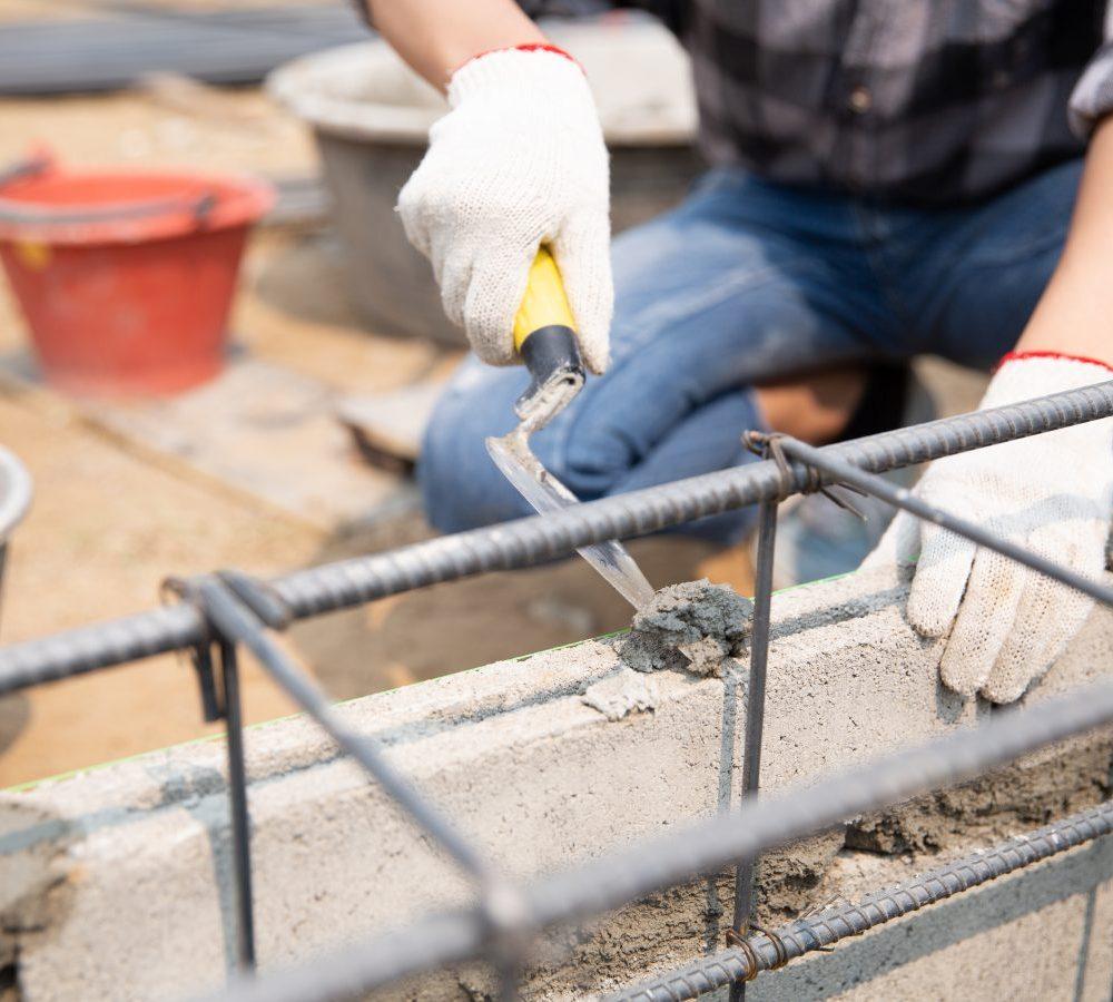 Obrero construyendo una vivienda