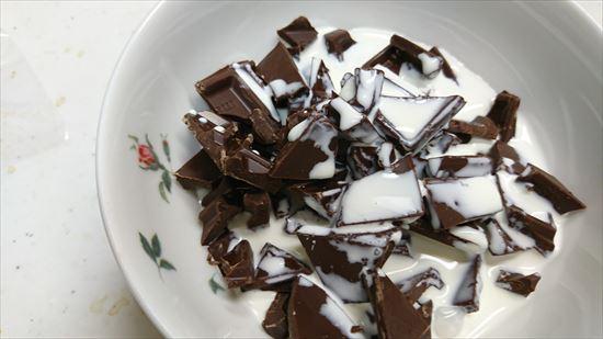 小鉢に生チョコ&生クリーム投入