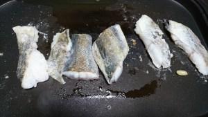 アクアパッツァ 魚を焼く