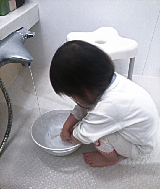 お風呂で水遊びするときの水温や時間、湿度やタイミングの目安は?