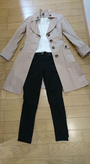 トレンチコートのシンプルコーデ1 トレンチ×白カットソー(ニット)×黒パンツ