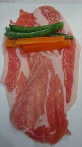 野菜の肉巻き甘辛味付けレシピ 野菜をのせる