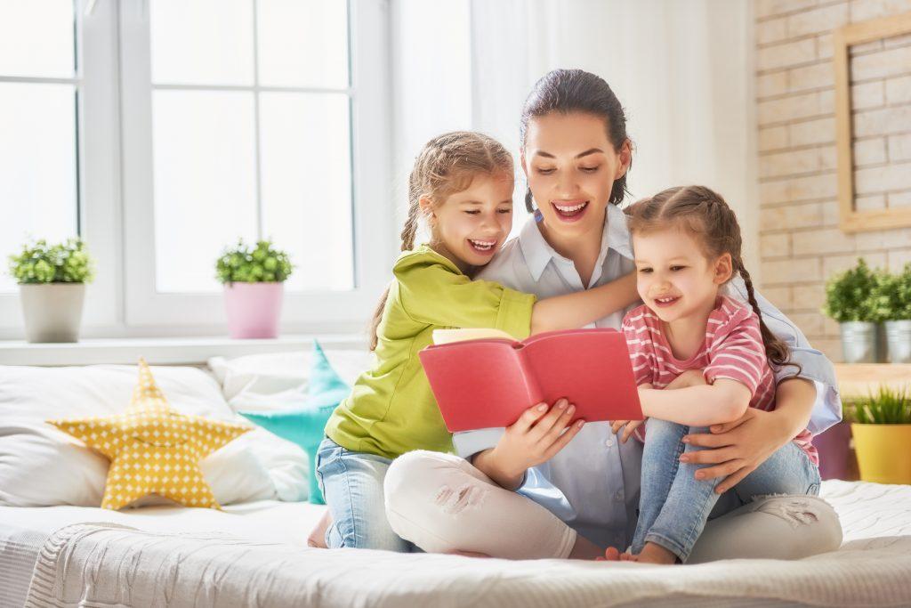 媽媽陪兩個 幼兒閱讀 精彩的故事 泛亞文化