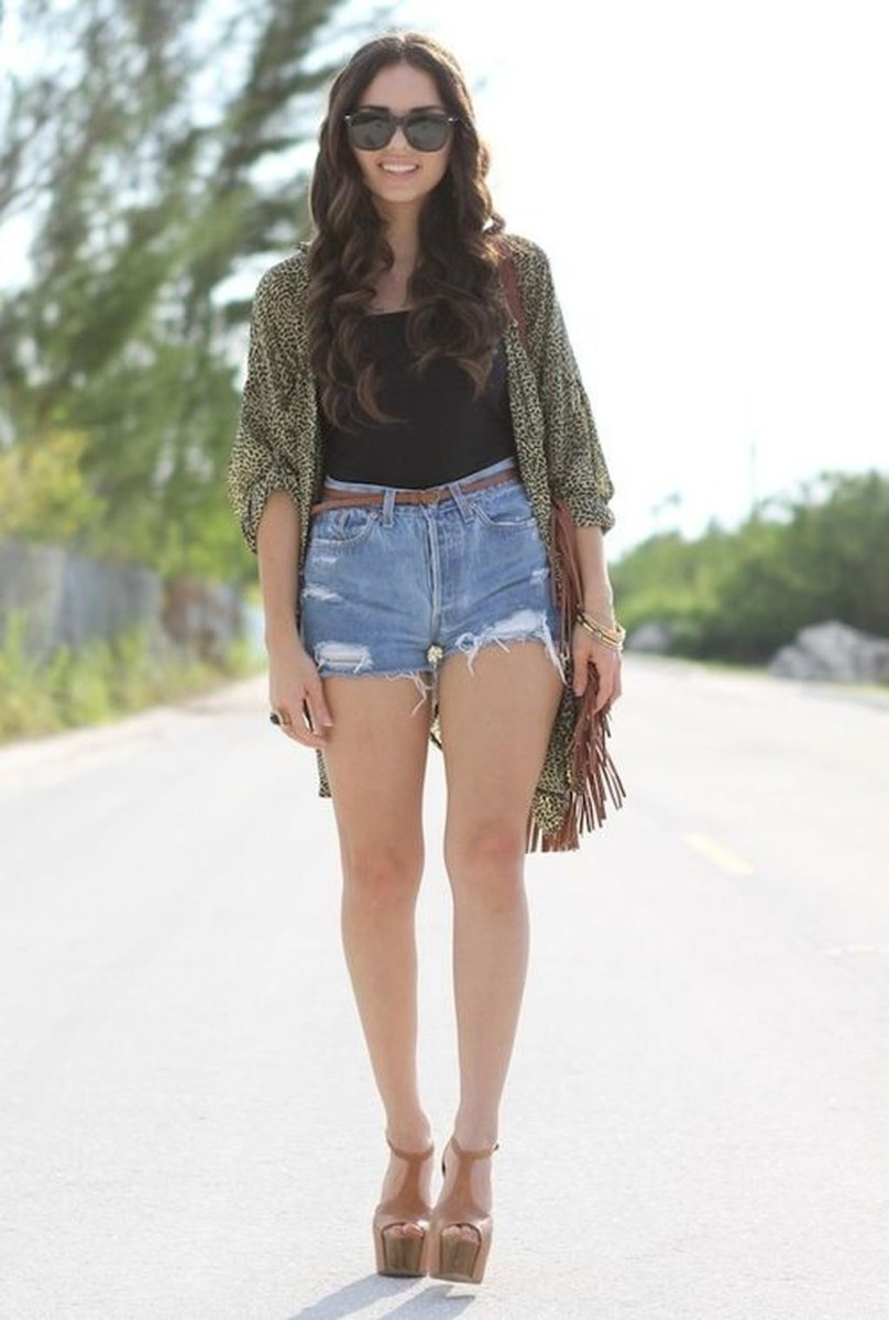 Charming Winter Outfits Ideas High Waisted Shorts14