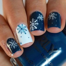 Modern Christmas Nails Ideas18