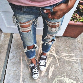 Hottest Women Summer Outfits Ideas With Ripped Jeans To Try24