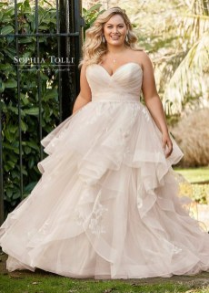 Impressive Wedding Dresses Ideas That Are Perfect For Curvy Brides03