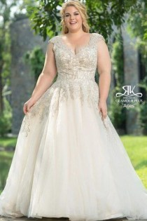 Impressive Wedding Dresses Ideas That Are Perfect For Curvy Brides23