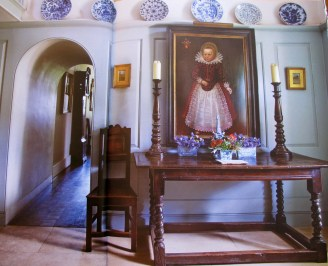 Love a bit of Baroque style with the classic blue and white china of the era