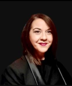 Imagen de la autora del artículo con toga de abogada