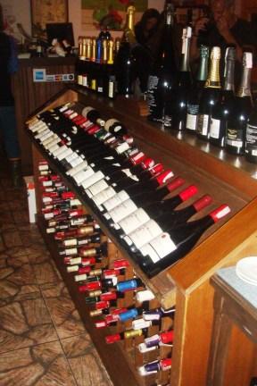 Expositor de garrafas em adega tripla. Restaurante Chateaux de las Montaignes. Itaipava, RJ. 2010.
