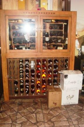 Adega. Climatizada na parte superior (24 garrafas). Restaurante Chateaux de las Montaignes. Itaipava, 2010.