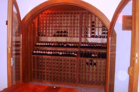 Adega particular, com porta em vidro duplo. Itaipava, RJ. 2010.