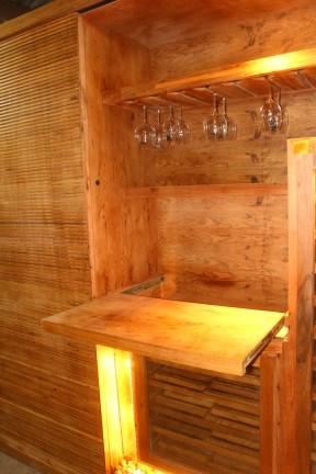 Armário-adega em madeira freijó. Particular. Barra da Tijuca. Altura: 2, 53m; Largura: 3,60m; Profundidade: 60 cm. Lado Adega: Porta-taças e prateleiras retráteis.