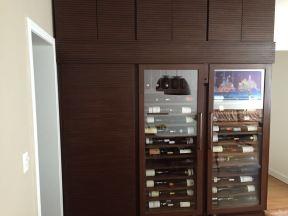 Armário adega - Profundidade: 50 cm; Capacidade: 200 garrafas. Parte de cima: armários. Porta lateral: bar para servir a adega.