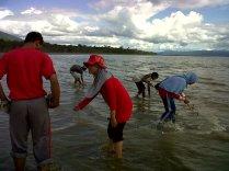 Menjaring ikan bersama para pemuda