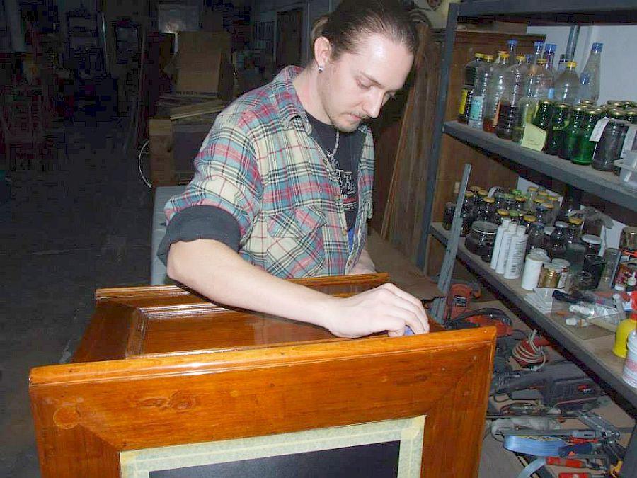 Mirel Matefi in atelierul sau din Sibiu