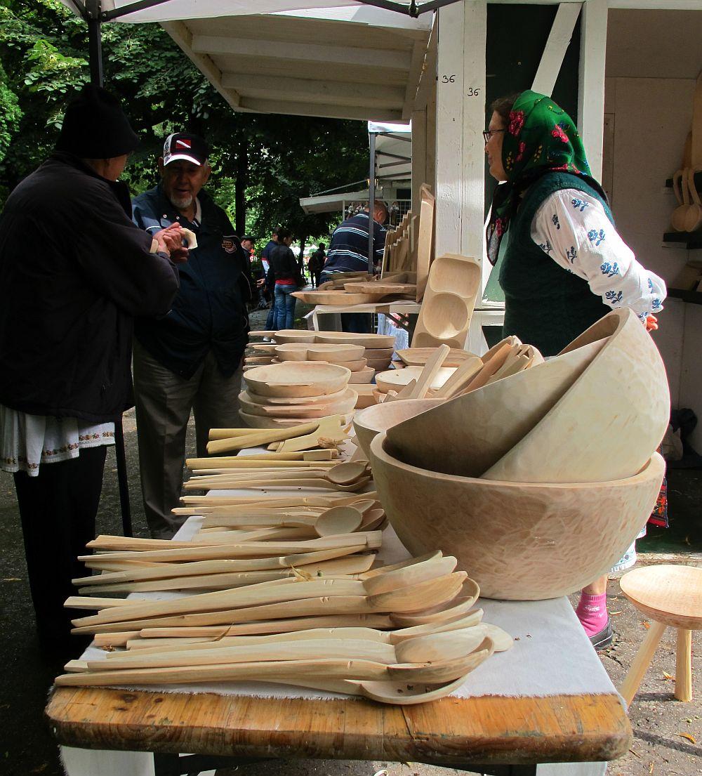 adelaparvu.com despre obiecte cioplite in lemn de familia Lepadatu Baneni Valcea, obiecte de bucatarie si tabure traditionale din lemn (20)