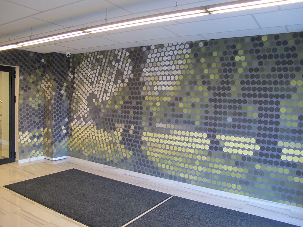 Tapetul din hol e un peisaj stilizat din parcul aflat in apropiere