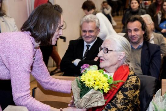 Maestra Ecaterina Teodorescu pe randul din spate stanga rectorul UNArte Catalin Balescu. FOTO Andrei Iliescu