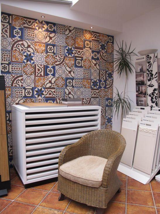 Perete placat cu placi ceramice pictate in showrromul Dream Home Design