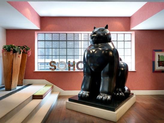 Sculptura de Fernado Botero la The Soho Hotel