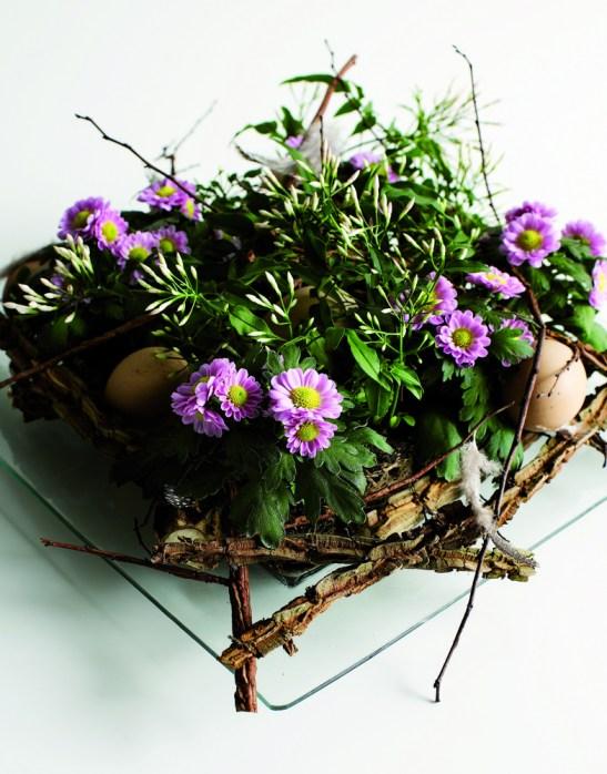 Aranjament cu Chrysanthemum indicum conceput sub froma unui cuib.