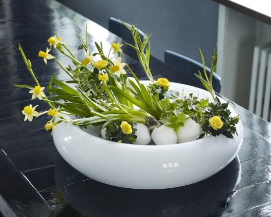 Te-ai fi gandit sa folosesti coaja pe ou intr-un aranjament cu narcise (Narcissus cyclamineus)? Uite aici coaja de ou ce imbraca bulbul plantelor - toate asezate frumos intr-un vas elegant