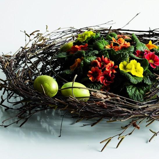 Te poti folosi de crengi pentru a extinde aranjamentul floral cu mici plimule si a face loc si pentru ouale vopsite.