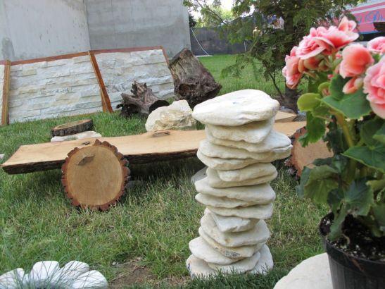Suport pentru ghivece din bucati de piatra fixate cu tija metalica pret intre 100 si 150 lei de la Vast Natur