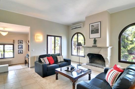Dupa renovare living vila cu exterior clasic, amenajarea conceputa de Andreea Miinescu